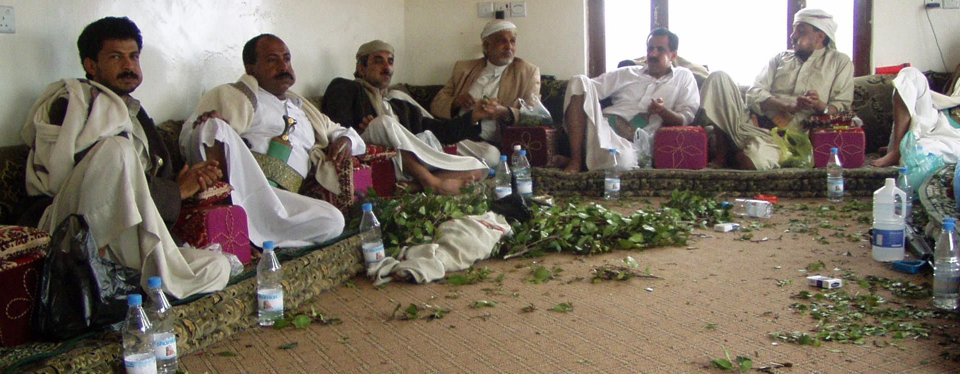 Stammesmännerbeim nachmittäglichen Qatkauen