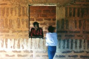 Dominique vor einem seiner Kunstwerke