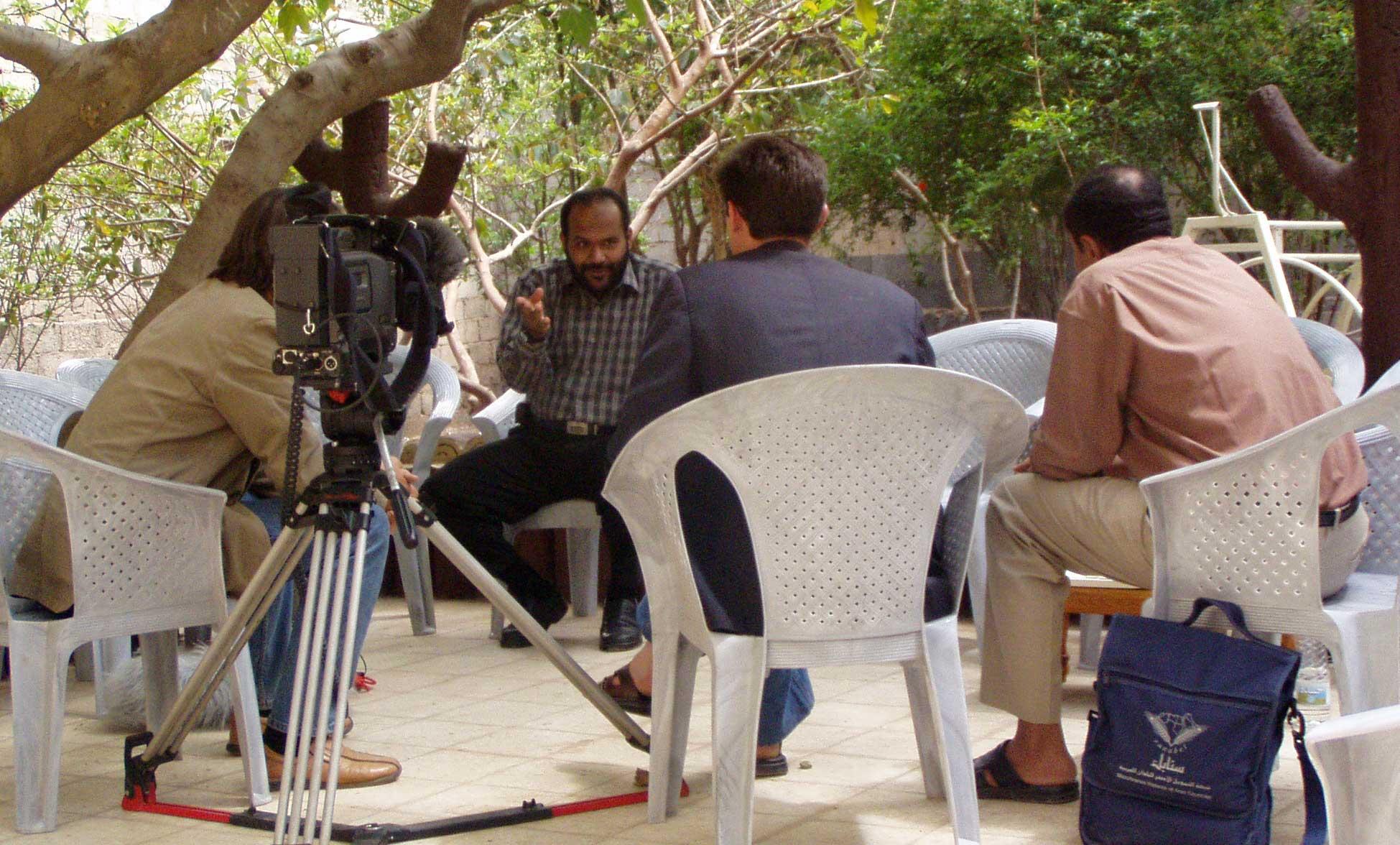 Lebhafte Diskussion der Filmcrew mit Nasser al Bahri